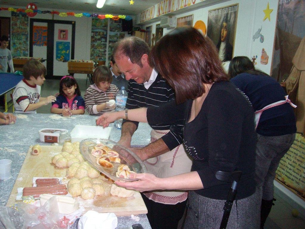 I bambini dell'Oratorio Mercedario impegnati nella preparazione del pane 27 febbraio 2010.