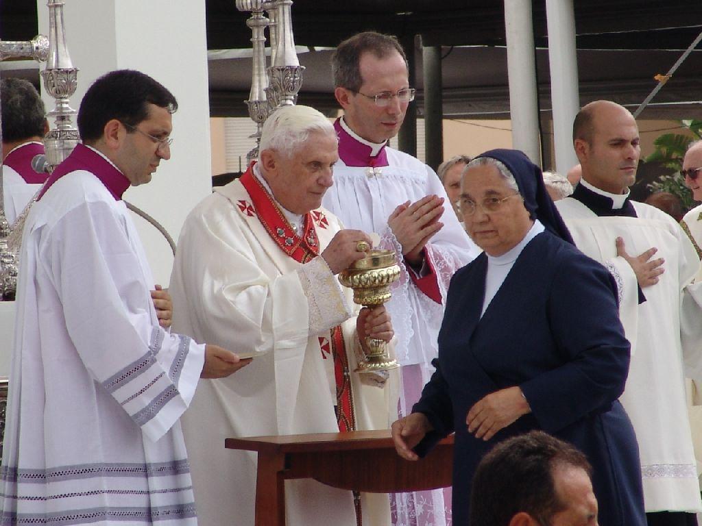 Il Santo Padre durante la Solenne Concelebrazione Eucaristica nel sagrato della Basilica di Bonaria (foto Serra - Lemme)