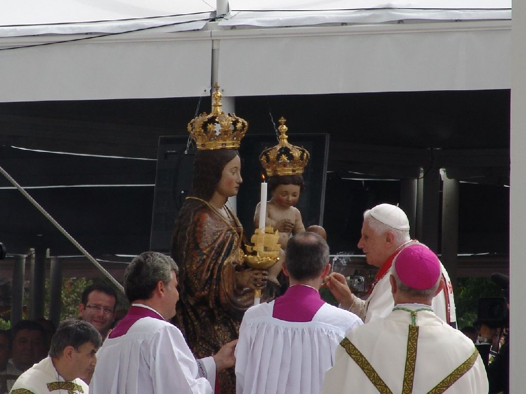 Il dono della navicella d'oro alla Madonna di Bonaria. (foto Serra - Lemme)