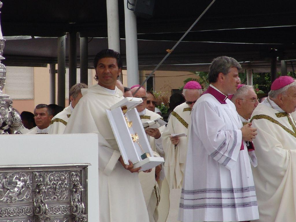 Padre Nunzio con la rosa d'oro donata dal Papa alla Madonna di Bonaria. (foto Serra - Lemme)