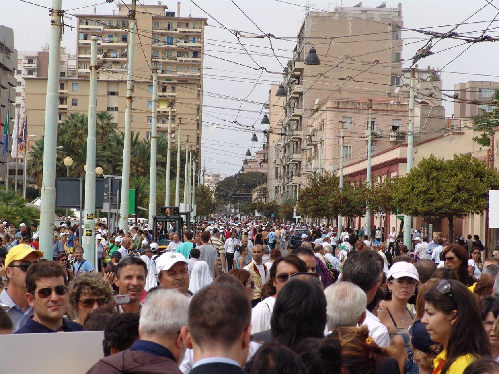 I fedeli nel viale Bonaria. (foto Serra - Lemme)