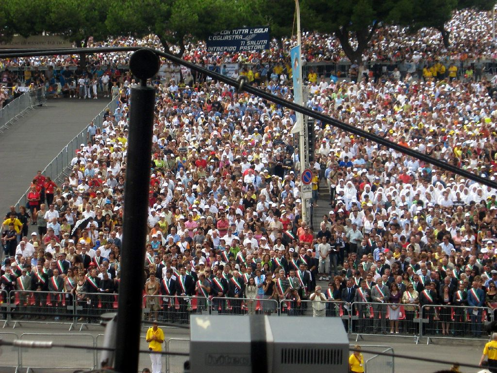 I fedeli nella piazza dei centomila. (foto Serra - Lemme)