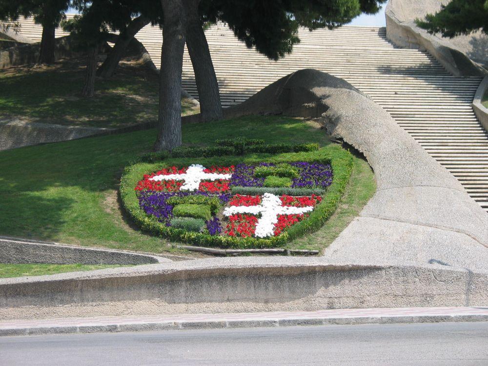 Stemma della città di Cagliari nel prato lungo la scalinata del Santuario