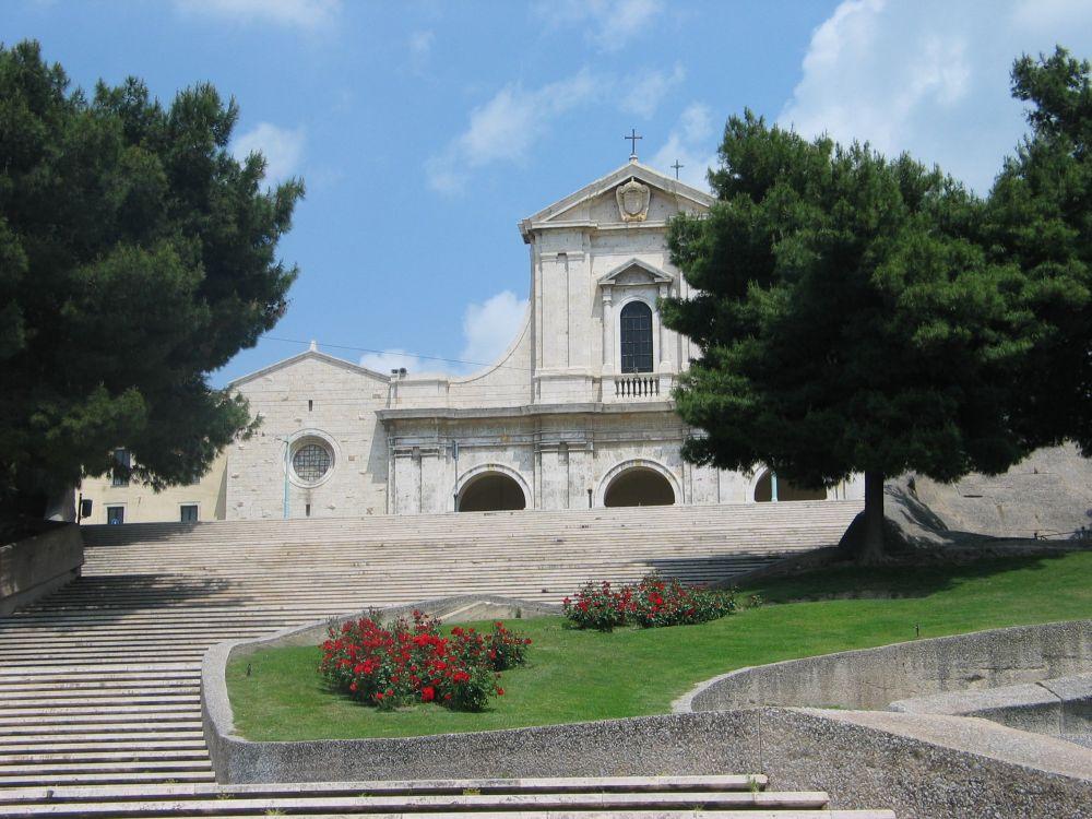 Veduta della facciata di Bonaria dalla scalinata in Viale Diaz